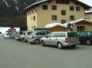 Minivans und Kombis vorm Familienhotel