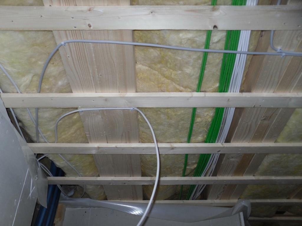 Viele Kabel, grün ist Netzwerk ;)